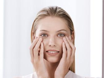 So tragen Sie Ihre Augenpflege auf