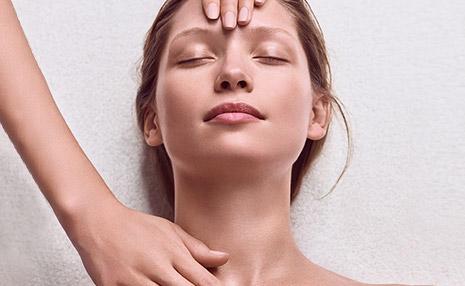 Clarins Kosmetikbehandlung - Model während einer Behandlung