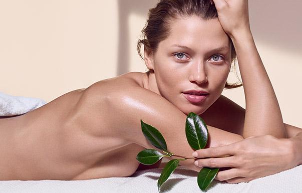 Frau in Handtuch gehüllt nach der Massage