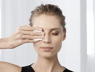 So entfernen Sie Ihr Augen-Makeup
