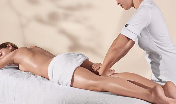 Clarins Kosmetikbehandlungen - Kosmetikerin führt eine Körperpflegebehandlung durch